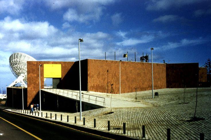 La importancia de la arquitectura en cualquier ciudad El ejemplo de Adán Martín. eldia.es.  ||  E n arquitectura el siglo XX empezó en Canarias probablemente dos veces. Primero en los modernos años 20 y 30 cuando el movimiento racionalista dejó fantásticas piezas que hoy decaen. La segunda vez fue a principios de los 80 cuando la democracia acercó a Canarias nuevos aires.  El primer hito…