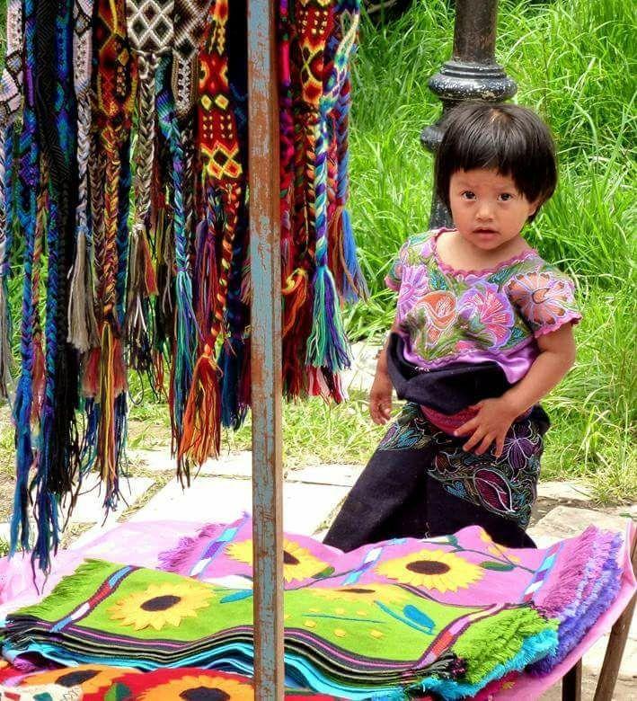 """cazadordementes: """" San Cristóbal de las Casas, Chiapas """"Niña tzotzil y sus tapetes rosas y verdes con sus girasoles amarillos y sus cinturones de colores,son una belleza artesanal hecha por manos indígenas Mexicanas. """" """""""