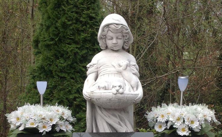 Statue, solar lights and fresh flowers on the Catholic Cemetery Hengelo the Netherlands  Beeldje, solar verlichting en verse bloemen op de katholieke begraafplaats van Hengelo #keramiekvoorbuiten