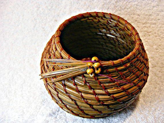 small pine needle basket. by kneedleknacks on Etsy