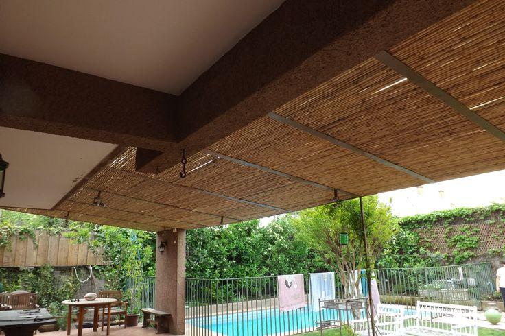 Cielo ornamental realizado con panel rígido de varas de bambú colihue, cubriendo la estructura entre vigas, permitiendo cubrir una gran extensión con sombra a la terraza