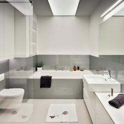 Ascetyczna aranżacja łazienki. Łazienka szaro-biała