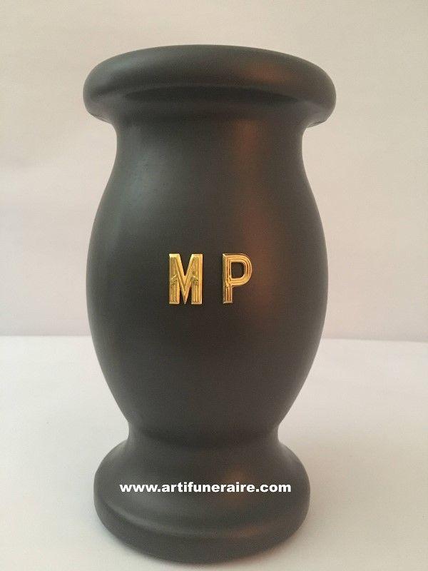 Vase funeraire de cimetiere avec une decoration de lettres metal adhesive de 25 mm de haut Ideal pour la personnalistion d'un article funeraire sans gravure