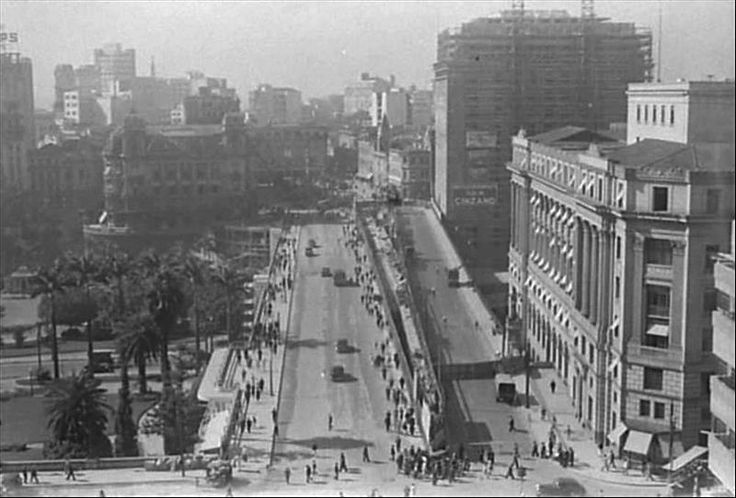 Raríssima fotografia de São Paulo, onde podem ser vistos, coexistindo por um breve período, o antigo e o novo  Viaduto do Chá. O antigo é o da direita, próximo ao atual Shopping Light. Crédito: 1938 - Benedito J. Duarte
