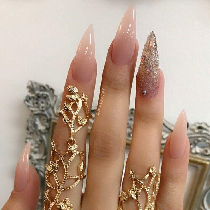 Stiletto-Nägel. Nackte Nägel. Acrylnägel – Stiletto Nägel