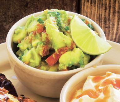 Guacamole är en sagolik röra att servera till grillat kött. Guacamolen blir grön och fruktig med smaker av avokado, lime, vitlök, schalottenlök, chili, tomat och koriander.