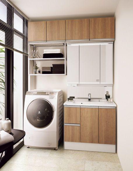 洗濯機の上にランドリーラックを設置することで効率のよい洗面空間に。