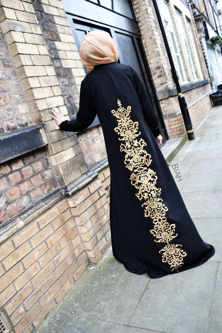 By matching the colour of the hijab to the gold motifs on the abaya, you add visual interest and sophistication to your ensemble.