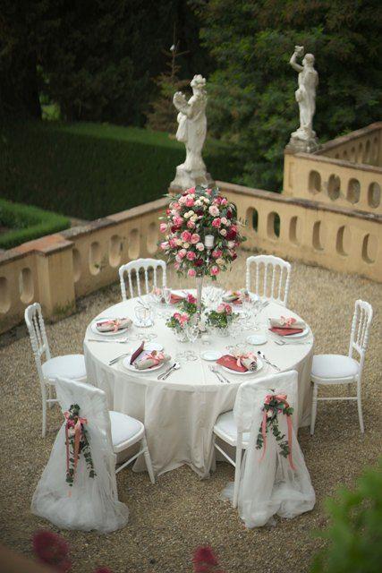 Per un matrimonio romantico centrotavola con candelabro in Silver con bugie di vetro e caduta di fiori dai toni del porpora, rosa e cipria.