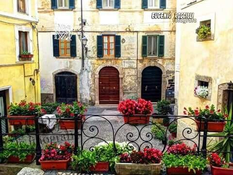 Il portone al centro è la casa natale di Vittorio De Sica.... Sora. ...