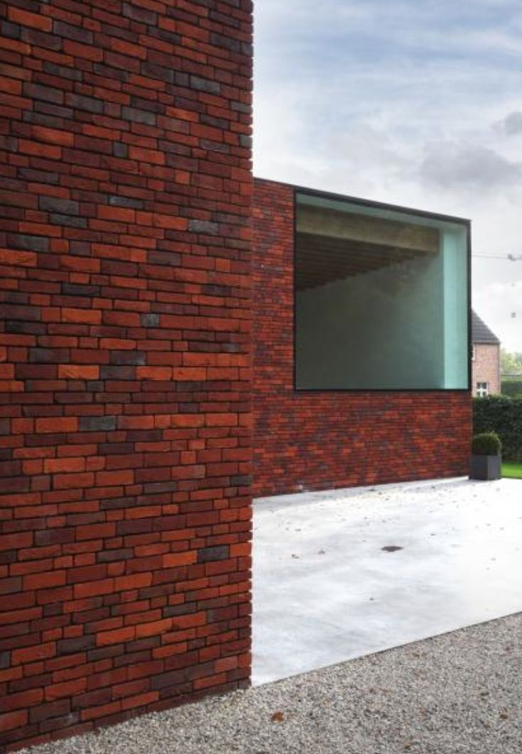Huis in Heffen - metselwerk ; de kleur van de bakstenen gaat van fel oranje over rood tot donkerblauw. Waalformaat en waaldikformaat wisselen elkaar af volgens een speels, doch vast schema