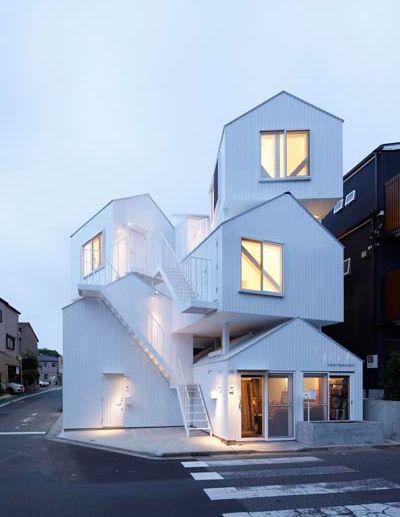 積み重なる三角屋根を持つ集合住宅