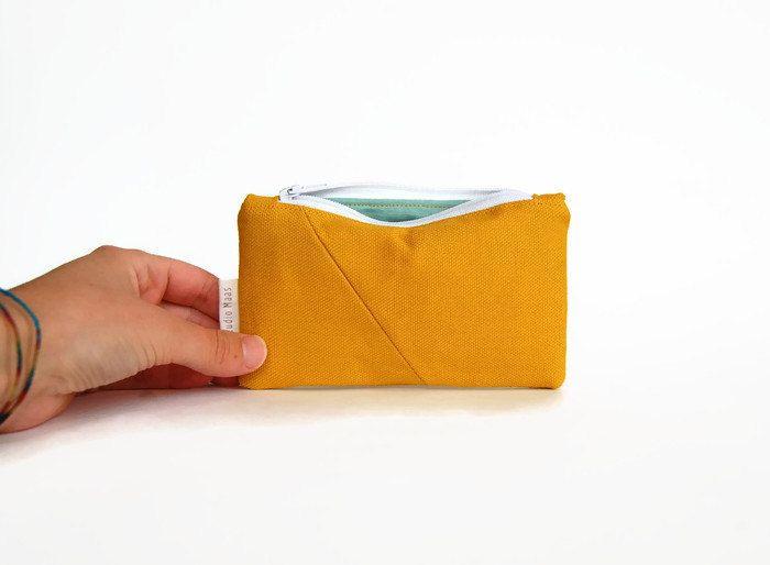 Portemonnee modern, hipster portemonnee, geometrisch, kleine portemonnee, beurs, oker geel, canvas katoen, visitekaartjes door StudioMaas op Etsy https://www.etsy.com/nl/listing/247918470/portemonnee-modern-hipster-portemonnee