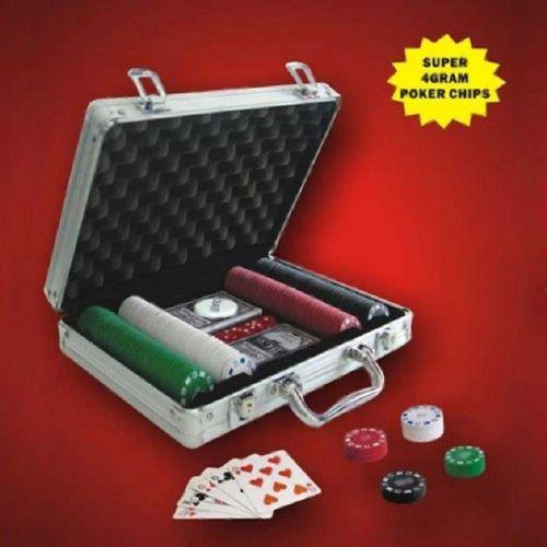 Te proponemos este pack de fichas de póker en maletín profesional tipo Poker Stars Anunciado en TV. Una forma de poder llevar siempre contigo los accesorios necesarios para librar una partida con los amigos en cualquier lugar. La modalidad de póker online más conocida en todo el mundo, sin lugar a dudas, es Texas Hold´em.
