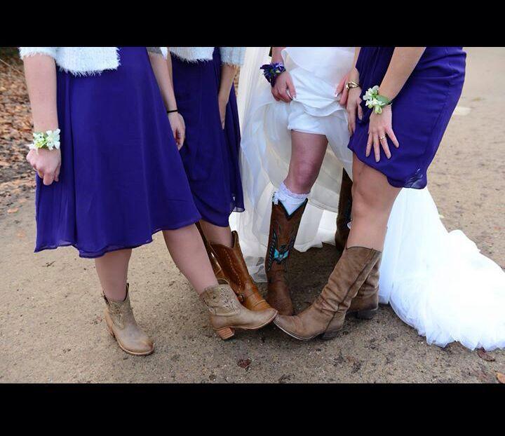 Cowboylaarzen onder hè trouwjurk. Stoer en mooi tegelijk.