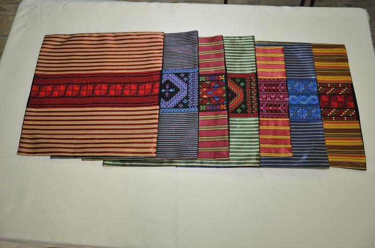 Housse de coussin brodée à la main et avec du tissu damassé - Differents coloris : Textiles et tapis par broderie-palestinienne