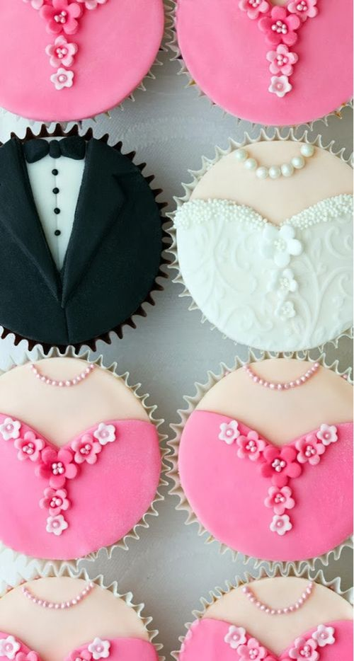 wedding cupcakes love these (cutout round fondant and a tiny flower cutouts) check my board on cake icing / fondant ec cetra