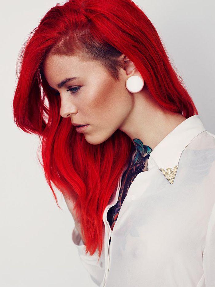 Coupe latérale et longs cheveux roux