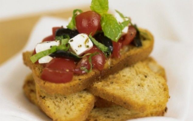 Φρυγανισμένο ψωμί με φέτα, ελιές και ντομάτα