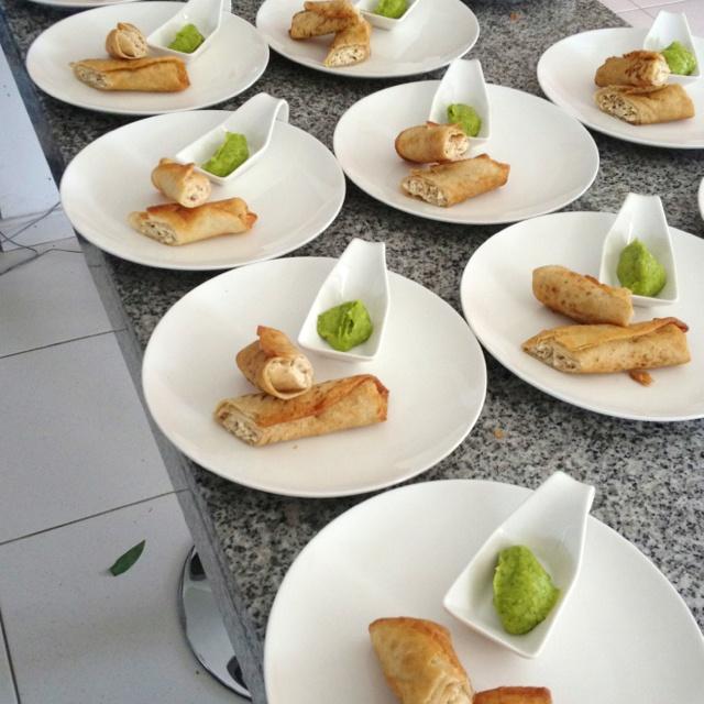 Flautas de pollo y tocineta / crema de aguacate