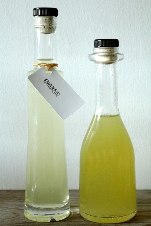 Bewaar de kiwilikeur in een mooi flesje in de koelkast en dan is de likeur maanden houdbaar.