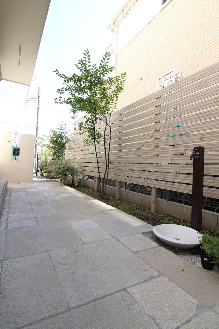 人工木フェンス / 立水栓 / 石貼り / 目隠し / ナチュラルガーデン / ガーデンデザイン / 外構 Garden Design / Artificial wooden fence / Tile