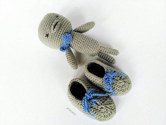 Conjunto recién nacido, regalo bebé, zapatitos y juguete bebé.