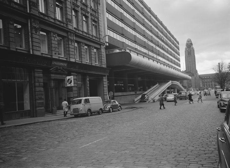 1960 -luku . Keskuskatu 2, 4, 6, 8. Taustalla rautatieaseman torni. Keskuskatu 6 -8 ns. Makkaratalo.