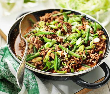 Här bjuder vi på en både lätt- snabb- och smakstark middagsrätt med inspiration från det thailändska köket! Bryn nötfärsen i stekpannan tillsammans med salladslök och haricots verts. Blanda ner paneng curryn och låt koka några minuter. Servera med nykokt ris och fräsch isbergssallad.