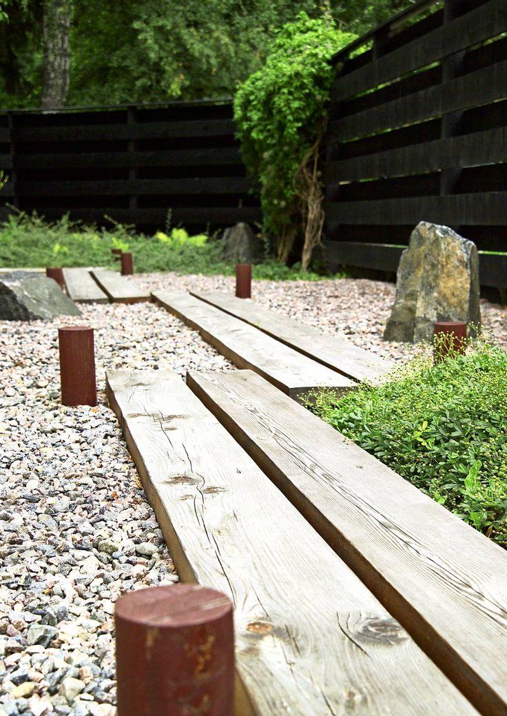 Japanilainen puutarha on tyyliltään yksinkertainen. Siellä vesi saa elävöittää näkymää ja sammal asettua aloilleen. Lue Meidän talon vinkit.