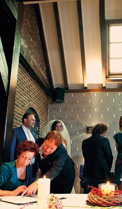Na het jawoord in de trouwzaal van Mereveld maken de getuigen jullie huwelijksvoltrekking compleet. Mooie momenten! #Mereveld Utrecht in TOP 5 populairste trouwlocaties van Nederland!