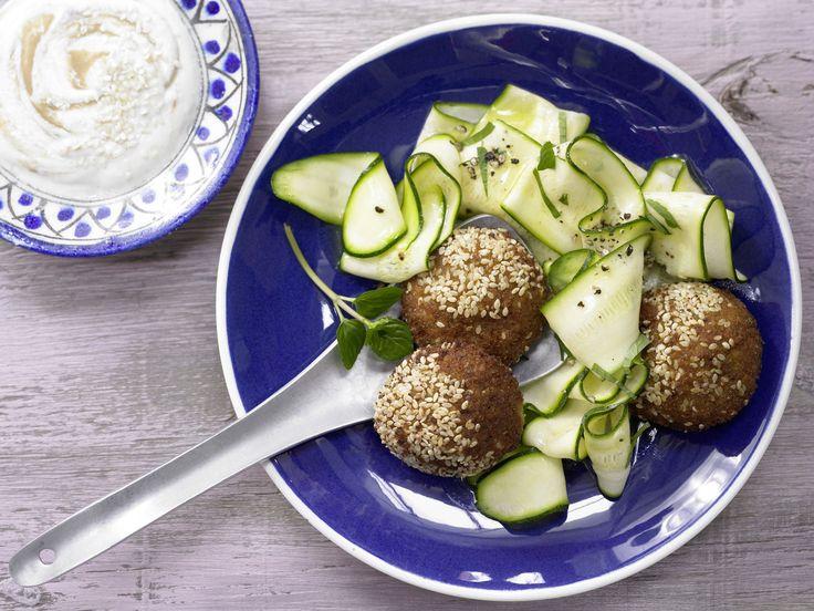 Ein leichtes Gericht mit viel Mineralstoffen! Falafel mit Sesam-Joghurt-Dip - und Zucchinisalat - smarter - Kalorien: 400 Kcal - Zeit: 15 Min. | eatsmarter.de