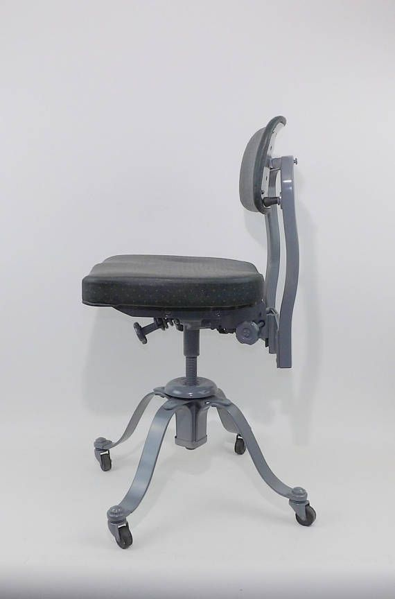 Remington Rand bureau chaise mi siècle dentaire tatouage Salon docteur pétrolier réglable Bureau âge mécanique industrielle Steampunk livraison gratuite Difficile de trouver des Remington Rand chaise. Rouler la chaise de bureau. Revêtement de vinyle vert original. La base a été mis à jour avec une couleur gris massif brillant. La hauteur du dossier est réglable et le fauteuil roule et pivote. Made in USA en 1956. Pas de casse ou dommage. Beauté pour votre bureau MCM ou la chaise…