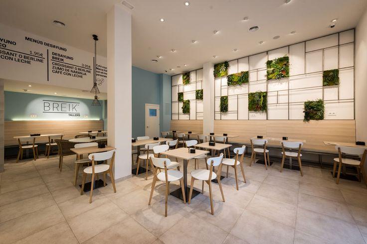 Zona de mesas de una cafetería reformada en Barcelona. Diseño: Carolina Luzón y Luis Ruiz. Obra: Standal #diseñointeriores #interiordesign #coffeeshop #interiorismo #comercial