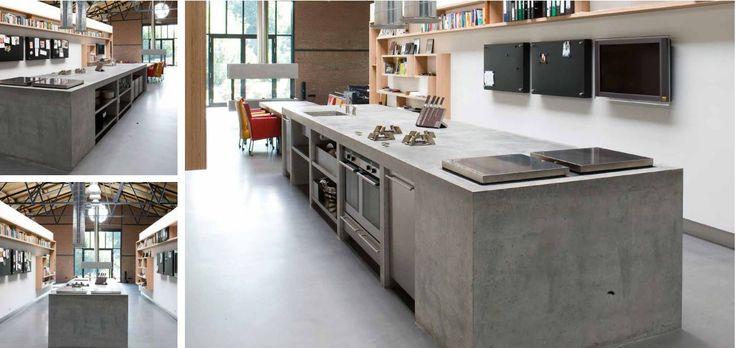 Moderne keuken. Eiland vervaardigd ter plaatse gegoten beton - 2 koelkasten waarvan opening aan bovenzijde eiland - Pitt Cooking kookplaat op wens van klant laten maken - Fronten in RVS - RVS roosters. Afzuigkap is op maat gemaakt - The Living Kitchen by Paul van de Kooi