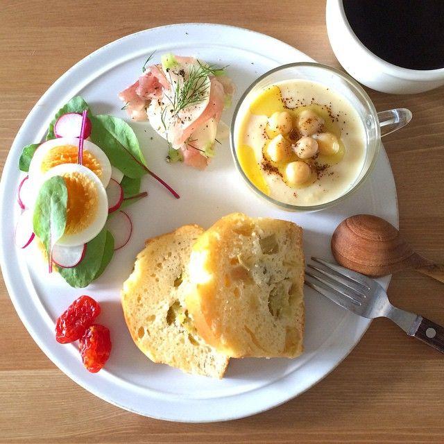 Today's breakfast. Rhubarb cakes, Chickpeas soup. 今朝はルバーブのケーキとひよこ豆のポタージュ。ルバーブが酸味あるから、もう少し砂糖多めにしても良かったな〜