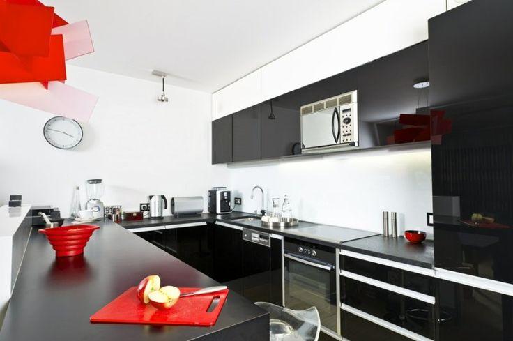 petite cuisine noire, blanche et rouge bien équipée