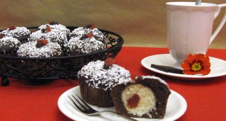 Przepis na muffiny czekoladowe z niespodzianką w środku: W tym przepisie pokażę, jak można zwykłe, tradycyjne muffiny wystylizować na eleganckie, a nawet odświętne babeczki. Pomysł polega na tym, że w środku muffinów są ukryte owoce nasączone alkoholem. Jeśli przygotowujemy je dla dzieci, zamiast likieru można użyć soku z pomarańczy.