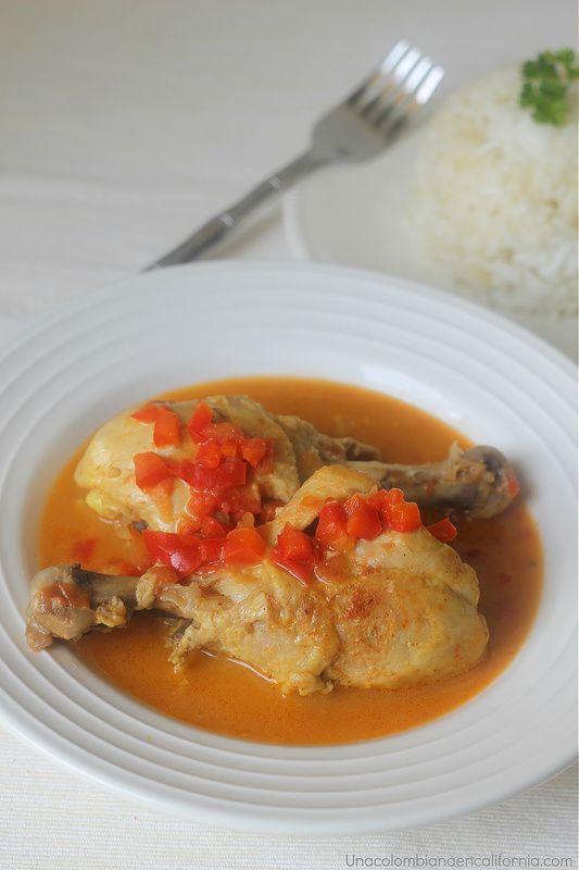 El pollo guisado en leche de coco es uno de los platos tradicionales de la costa Caribe Colombiana. Te sorprenderá lo fácil de su receta y su rico sabor.
