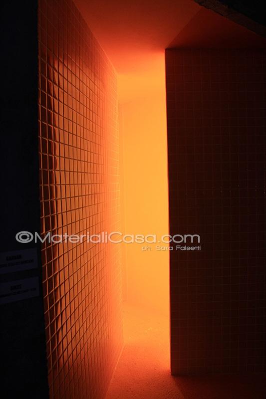 Rivestimenti ceramici che paiono illuminati dal sole. Home & Spa Design - Zona Tortona - Milano Design Week 2013