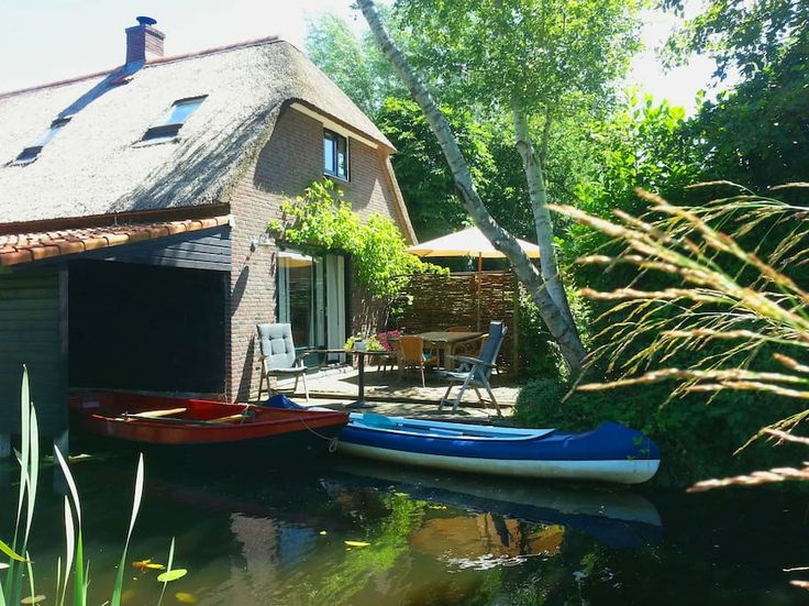 Casa em Giethoorn, Holanda. Our lodge is in the middle of Giethoorn, the Netherlands. Here you can enjoy the great opportunities which Giethoorn provides.  A perfect accommodation for a stay for some days or longer. This countryhouse stands on the canalside.  The lodge has a...