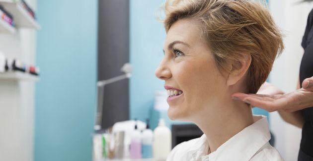 Denk je er al tijden aan om je haar kort(er) te knippen? Met deze truc check je zelf al voor je in de kappersstoel zit of kort haar je staat.