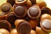 Ciocolata este un desert tradițional preferat de toată lumea. Vă prezentăm o rețetă de casă, care se prepară foarte ușor și simplu, este sănătoasă și foarte gustoasă. Niciun copil nu va refuza acest dulce, fiindcă este irezistibil. Puteți adăuga la dorință nuci, alune, fistic sau arahide. Veți fi încântați de rezultat și gust, o ciocolată …