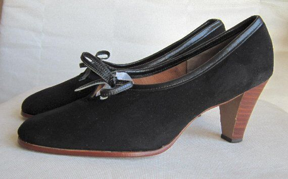 Chic 80s Balenciaga black shoes, size US=9.5, UK=7.5, EU=42    Interior length (toe to heel) = 10½  Widest part of sole = 3½  Heel height = 3