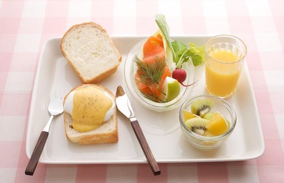 エッグベネディクトで、カフェ風ワンプレート朝ごはん。/(「はんど&はあと」2013年5月号)