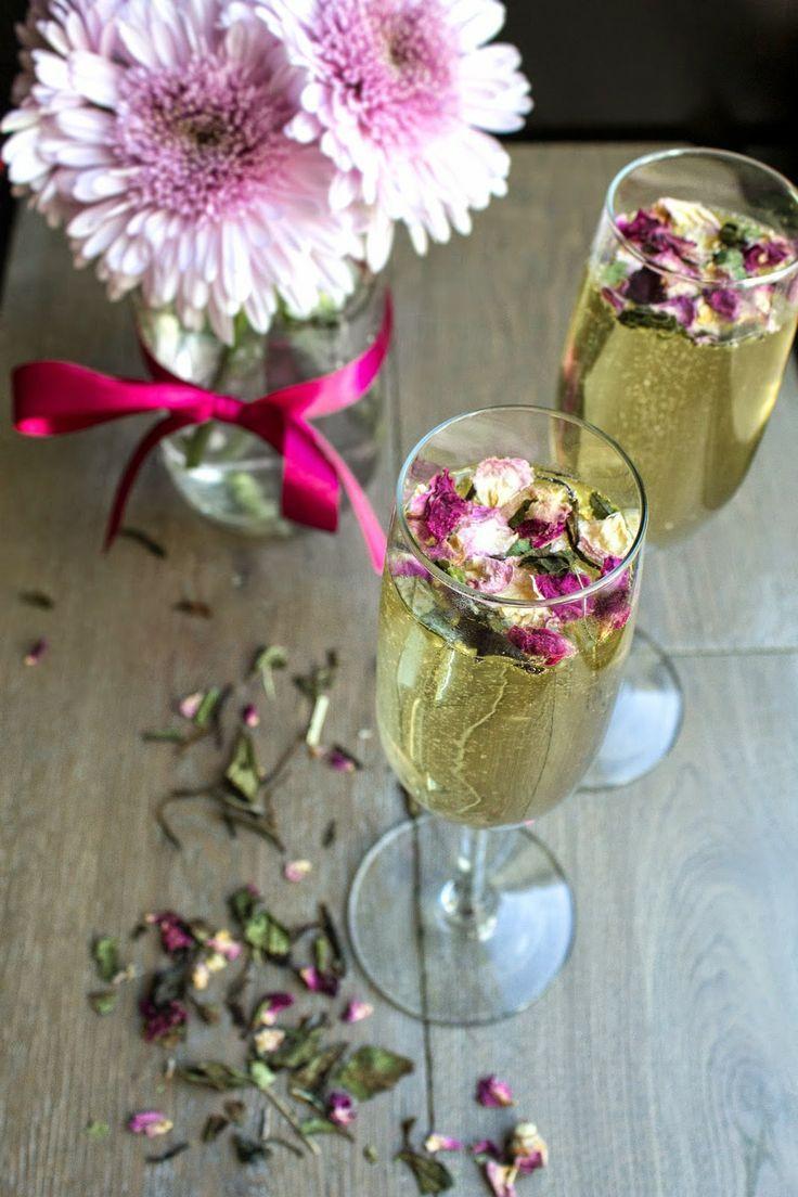 ボタニカルな雰囲気のスパークリング♪仕上げに食べられる花、エディブルフラワーを散らして。レストランでの結婚式一覧♡ウェディング・ブライダルの参考に♡