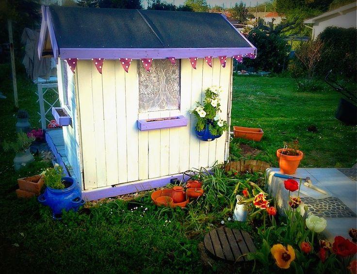 Découvrez le tuto d'une cabane de jardin en palettes partagé par Catherine du blog Lili joue maman bricole. Un grand projet DIY et une superbe réalisation !