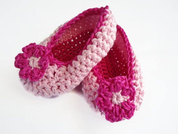Crochet baby shoes Pink baby booties Gender reveal Baby booties Baby flower shoes Baby girl gift Baby announcement Baby girl shoes