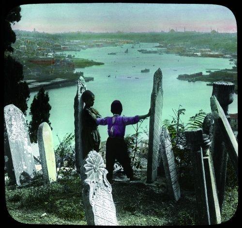 Enfants sur les hauteurs du cimetière d'Eyüp et vue sur la Corne d'Or, 1894. Pierre de Gigord possède un lot de 50 plaques de verre coloriées qui portent la mention, Chicago Public School. Elles font suite à l'Exposition universelle de Chicago à laquelle l'Empire ottoman avait participé en 1893.