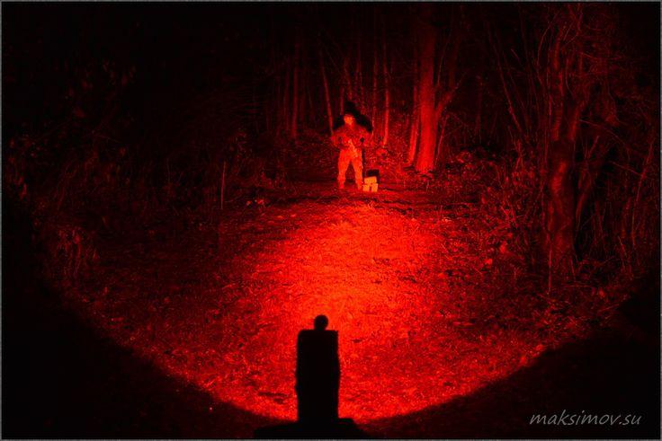 Для чего же нужны фонари с красным светом?   Многие явно задаются вопросом, для чего и кого нужны такие цветные фонари? Ведь некоторым проще купить обычный фонарь и какой-нибудь цветной фильтр... В чем то они правы, но в определенных ситуациях фонарь с цветным диодом будет эффективнее, например:  1. Охота на некоторых животных. Фонарь с красным светом даёт более чистый свет, без лишних оттенков, чем фильтр на обычном фонаре. Благодаря этой особенности некоторые животные не будут пугаться…